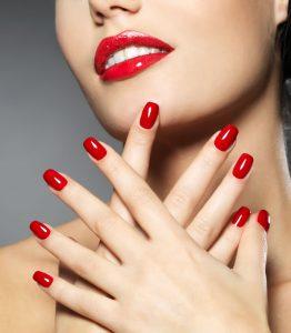 Junge Frau mit roten Fingernägeln