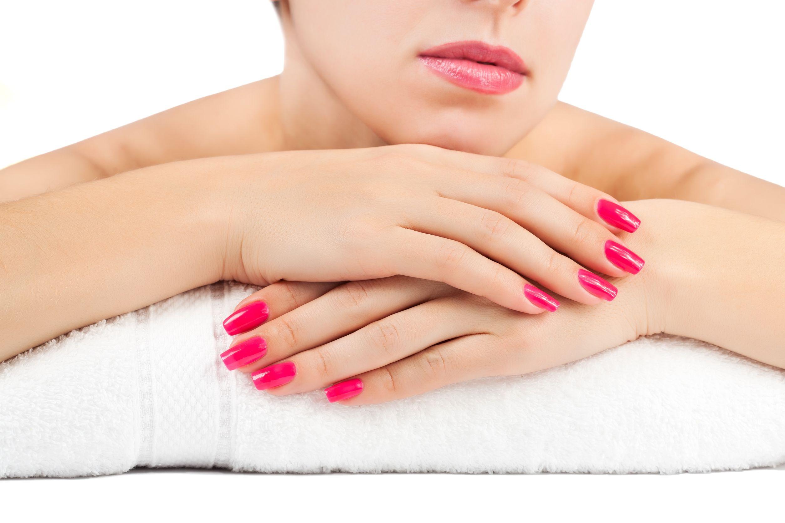 Frau mit lackierten Nägeln im spa salon